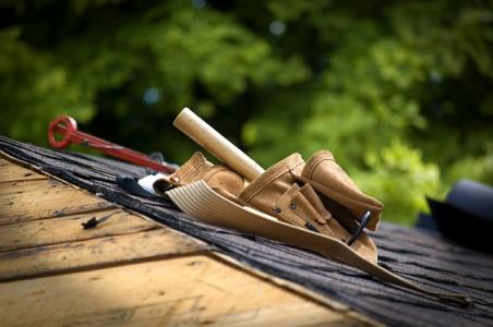 Roofer toolbelt on shingle roof project